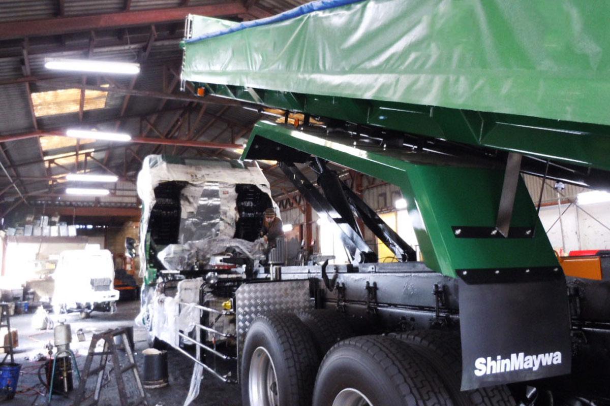大型車両トラックへの施工風景
